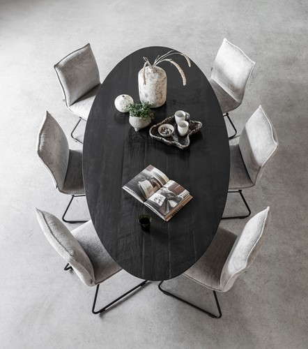 bt-611383-dining-table-shape-oval-black-plus-ml-748908-chair-trapezium-sfeer